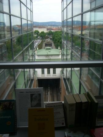 Budova knihovny je přímo nad trasou podzemní dráhy - ale nic vás neruší