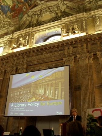 Konference se konala v sále, kde (i) před staletími vystupovali velikáni ducha (prezident EBLIDA G. Leitner - pod nápisem Zkoumání příčiny)