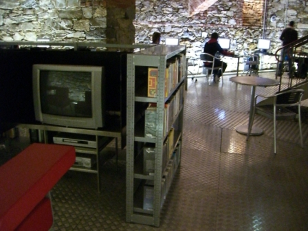 Mediální studovna Městské knihovny Štýrský Hradec v adaptovaném suterénu raně novověké budovy