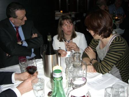 Nová ředitelka EBLIDA J. Yeomans (uprostřed) v rozhovoru s A. Pirolou (Itálie - vlevo) a N. Altarribou (Katalánsko)