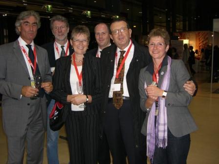 Skupina zahraničních hostí s představitelem jednoho ze spoluorganizátorů konference zleva - G. Leitner (zde jako jednatel Svazu veřejných knihoven Rakouska - BVÖ) - K. P. Böttger, U. Langová (dlouholetá předsedkyně Bibliothek&Information International, SRN), J.-M- Reding, A. Pirola, S. Riedelová (předsedkyně Profesního svazu knihoven a informací - BIB, SRN)