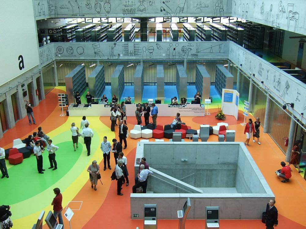 Atrium NTK: pulty, terminály a barevná podlaha
