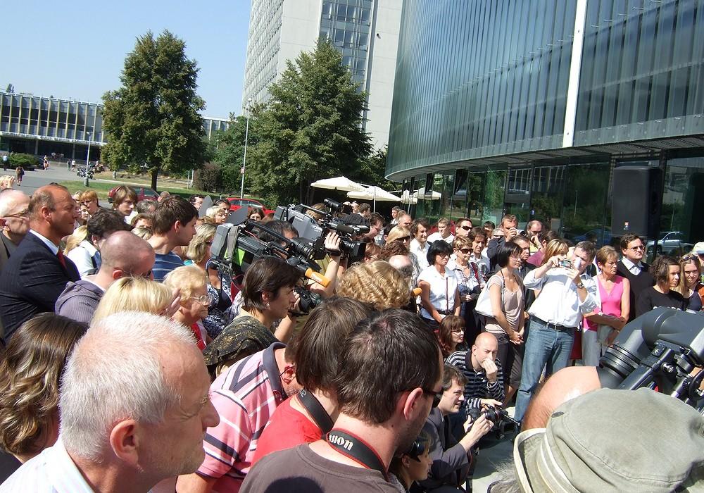 Na otevření Národní technické knihovny se přišlo podívat mnoho lidí