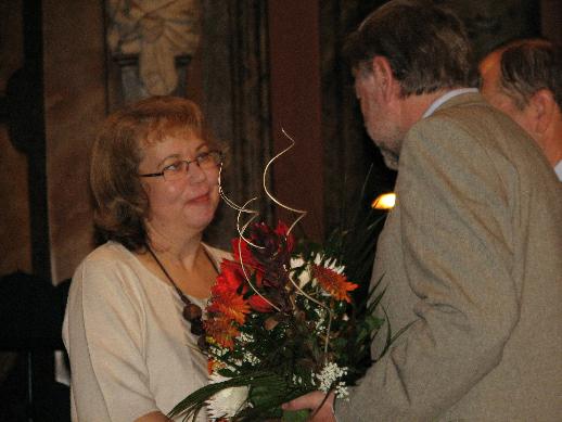 Blanka Tauberová, ředitelka Městské knihovny v Sedlčanech, přebírá zvláštní ocenění a diplom za provozování komunitního centra volného času Lukáš