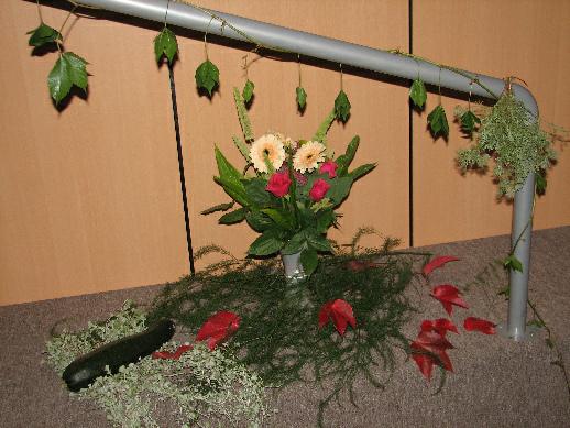 Na závěr pohled na oku lahodící květinovou výzdobu přednáškového sálu
