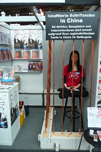 Tibet – žena uzavřená v kleci protestuje proti Číně