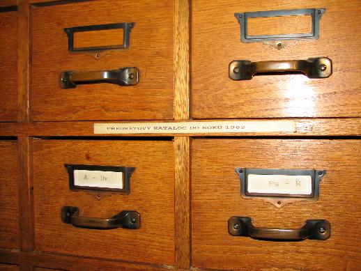 V oddělení nechybí ani tradiční lístkový katalog