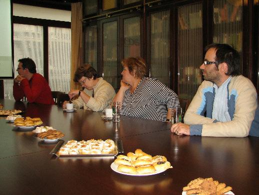 =Účastníci exkurze při výkladu v zasedací místnosti