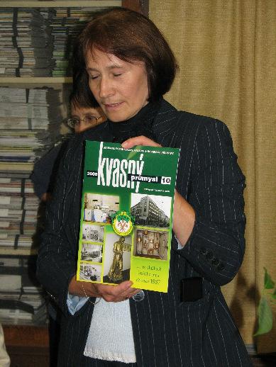 Vedoucí knihovny Marie Černohorská ukazuje jedno z čísel časopisu Kvasný průmysl