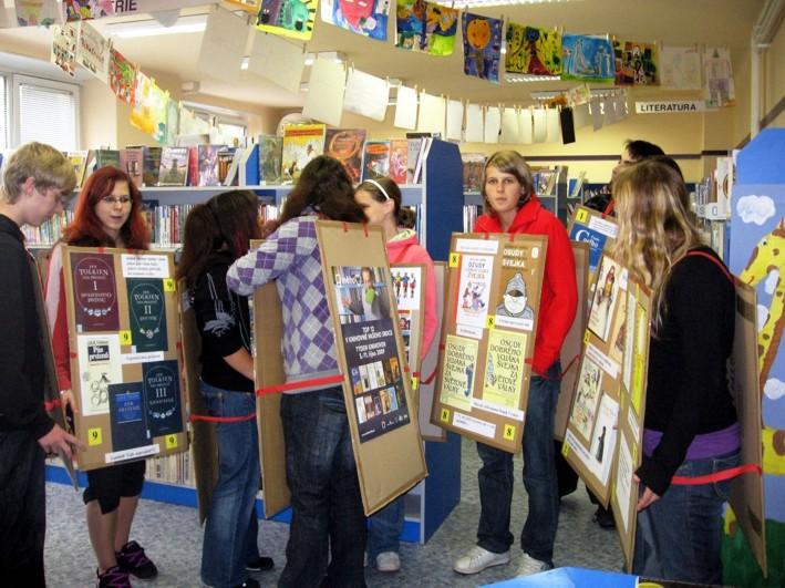 V dětském oddělení Městské knihovny Tábor se naši studenti ještě cítili poměrně bezpečně, neboť zde pravidelně pomáhají pořádat různé akce pro dětské čtenáře.