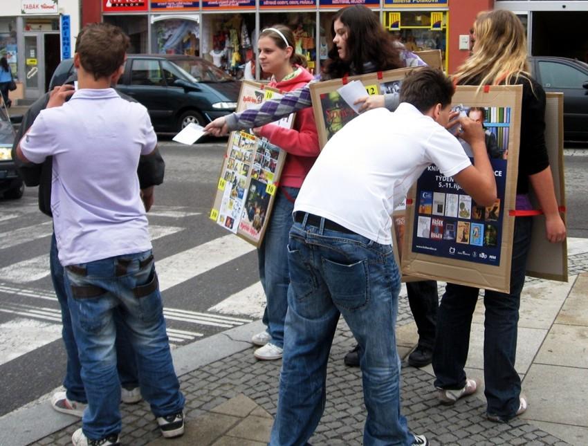Stejná trojice tentokrát v akci. Knihovnice, které byly v ulicích nablízku pro případ jakýchkoli potíží, byly nakonec rády, když s akceschopnými studenty udržely krok.