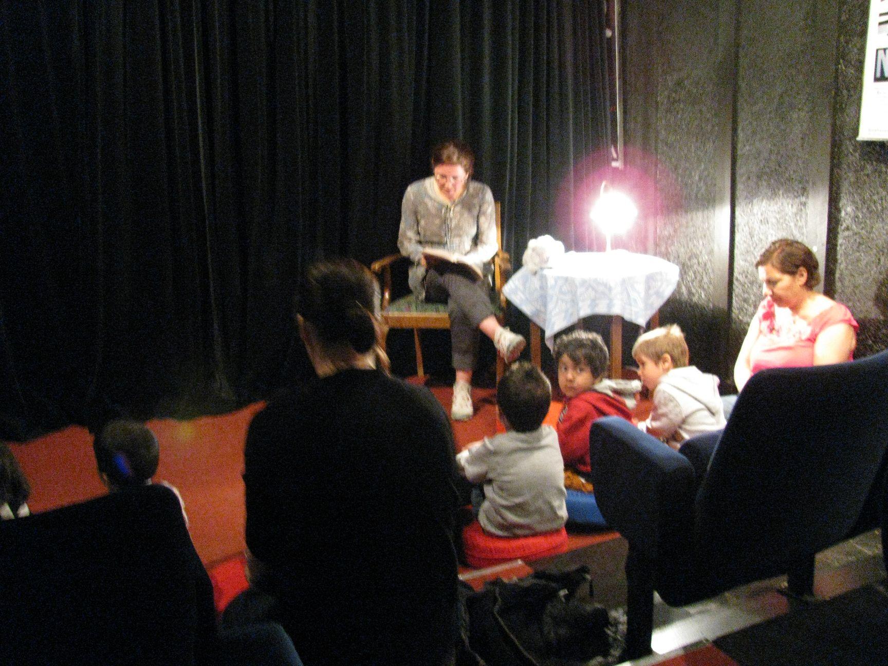 Předčítání pohádek v perštině (Knihovna Hässlehus)