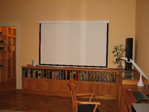 Promítací plátno jako součást vybavení studovny