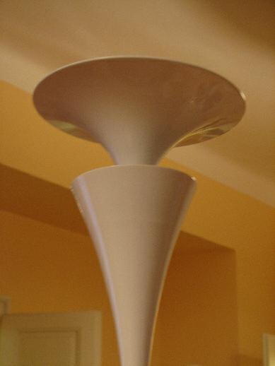 Detail lampy u stolu ve studovně