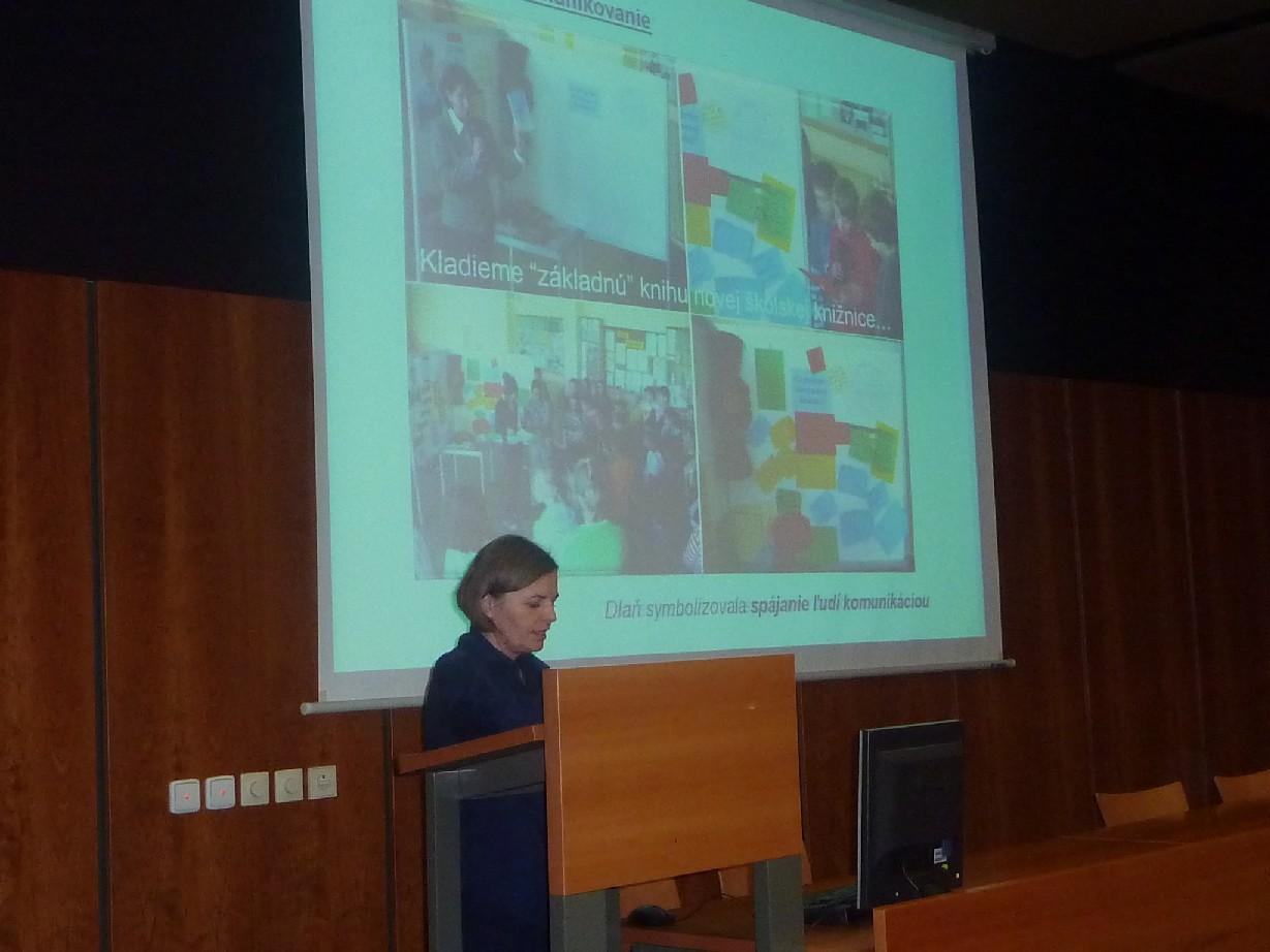 R. Cenigová prezentující práci školní knihovny