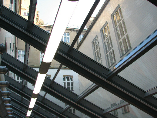 Pohled z nových prostor knihovny na hlavní budovu FF UK