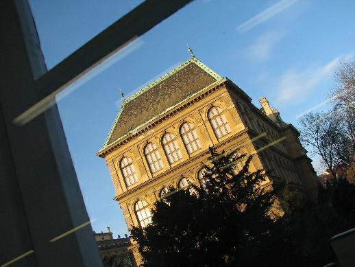 Působivý výhled na budovu Uměleckoprůmyslového musea v Praze