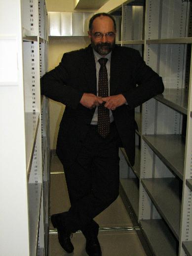 J. Gregor pózující mezi kompaktními regály