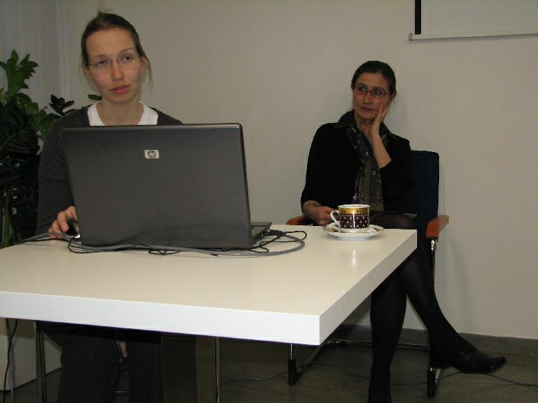 Vanesa Šlosárková prezentující webové stránky ICV (vpravo Lucie Wittlichová)