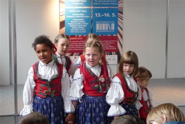 Černošská holčička zpívající v českém folklorním kroužku