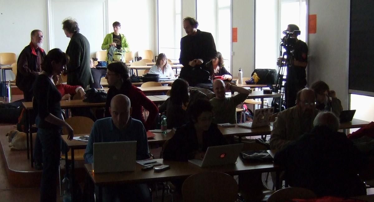 Hosté a účastníci konference zaplnili téměř celou učebnu