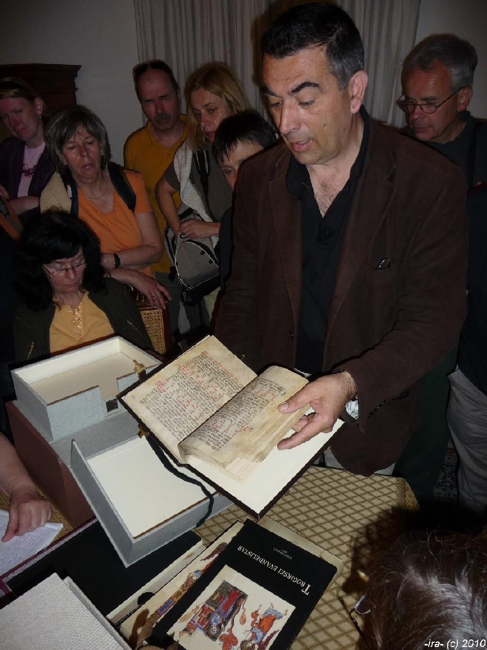 Architekt Bužančić s rukopisy biskupského archivu v Trogiru