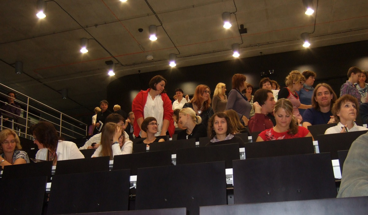 Hosté tiskové konference pomalu opouštějí Ballingův sál
