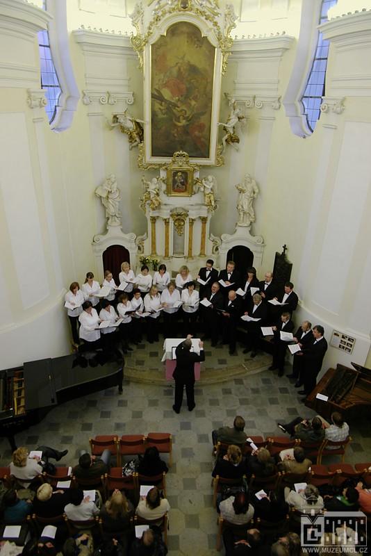 Koncert Severočeského filharmonického sboru, který pro knihovníky zazpíval v Biberově síni v ambitu bývalého augustiniánského kláštera, ve kterém českolipské muzeum sídlí