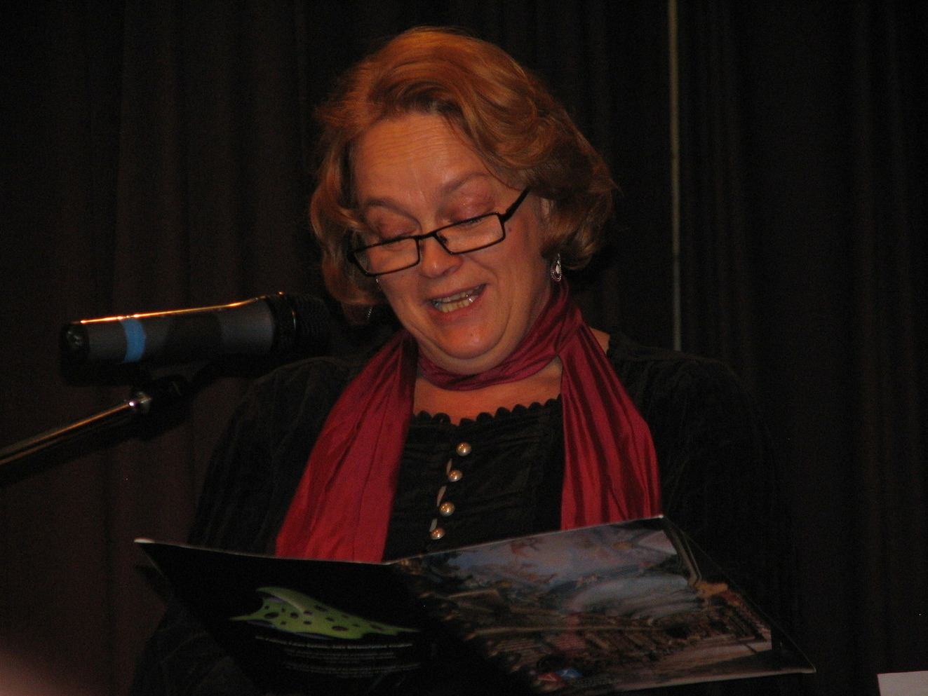Herečka Jitka Smutná přednesla úryvek z knihy Vicki Myronové Dewey : kocour z knihovny, který okouzlil celý svět