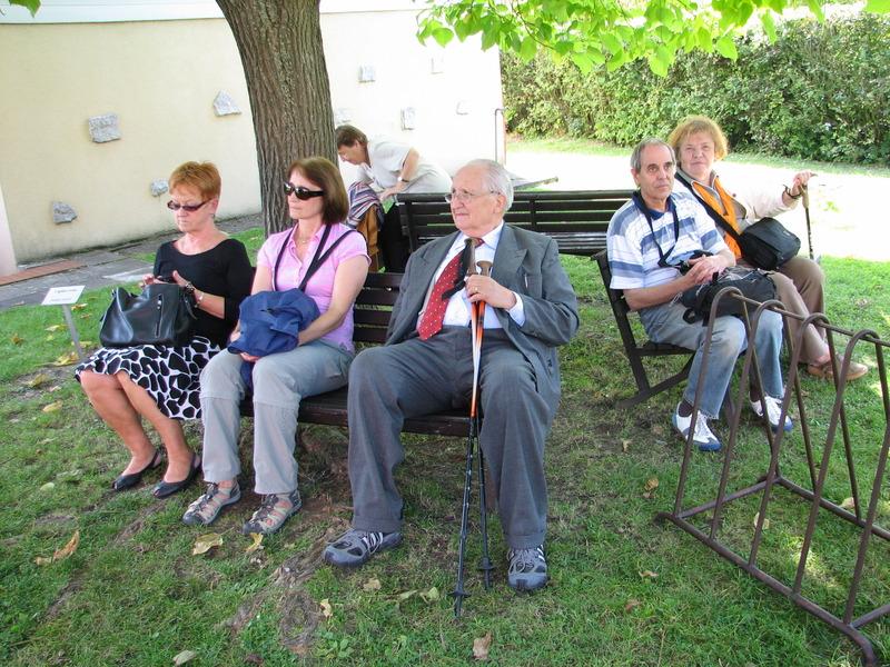 Část účastníků exkurze naslouchajících výkladu o historii areálu