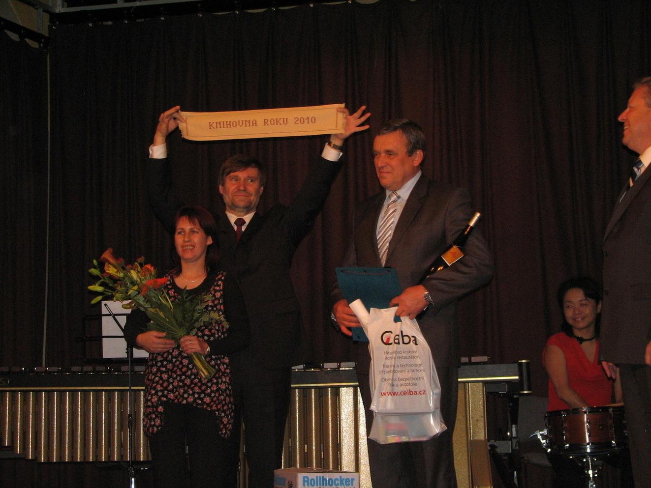 Cenu Knihovna roku 2010 převzala Ing. Jana Krejčí z Obecní knihovny v Petrůvkách, a to spolu s představitelem obce