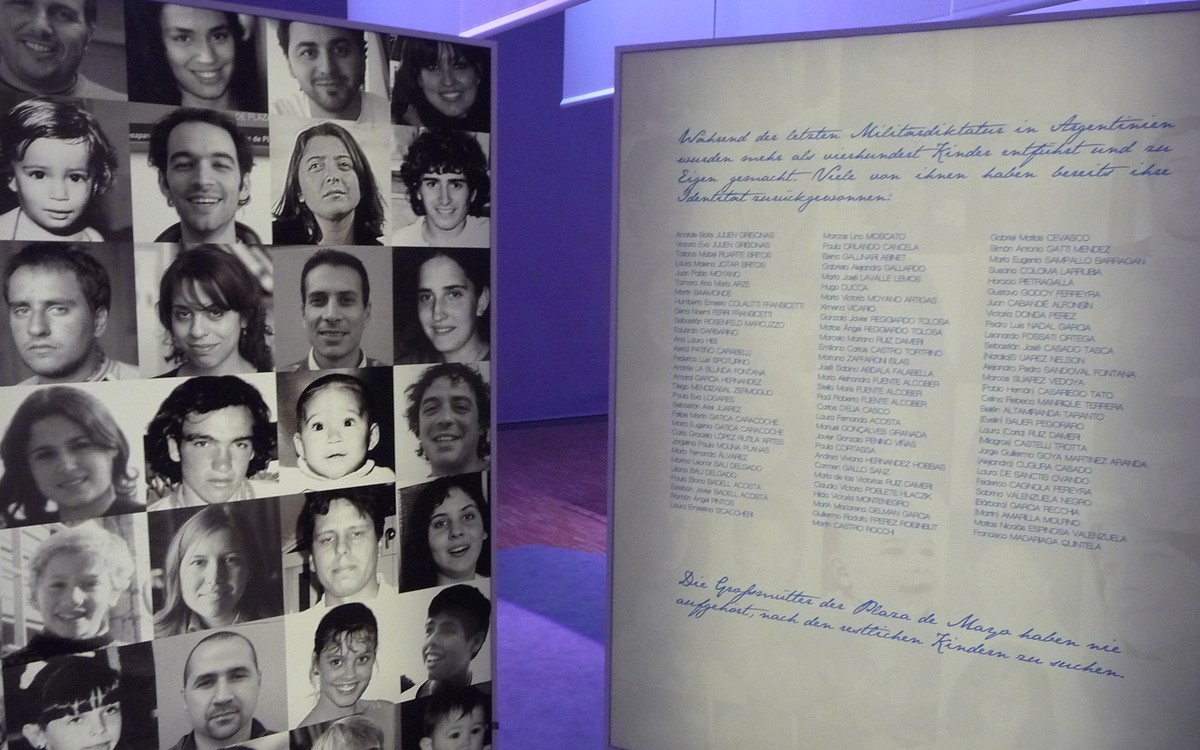 Obr. 11: Vystaveny byly panely se jmény a fotografiemi dětí odebraných politickým odpůrcům a vychovaných pod novou identitou