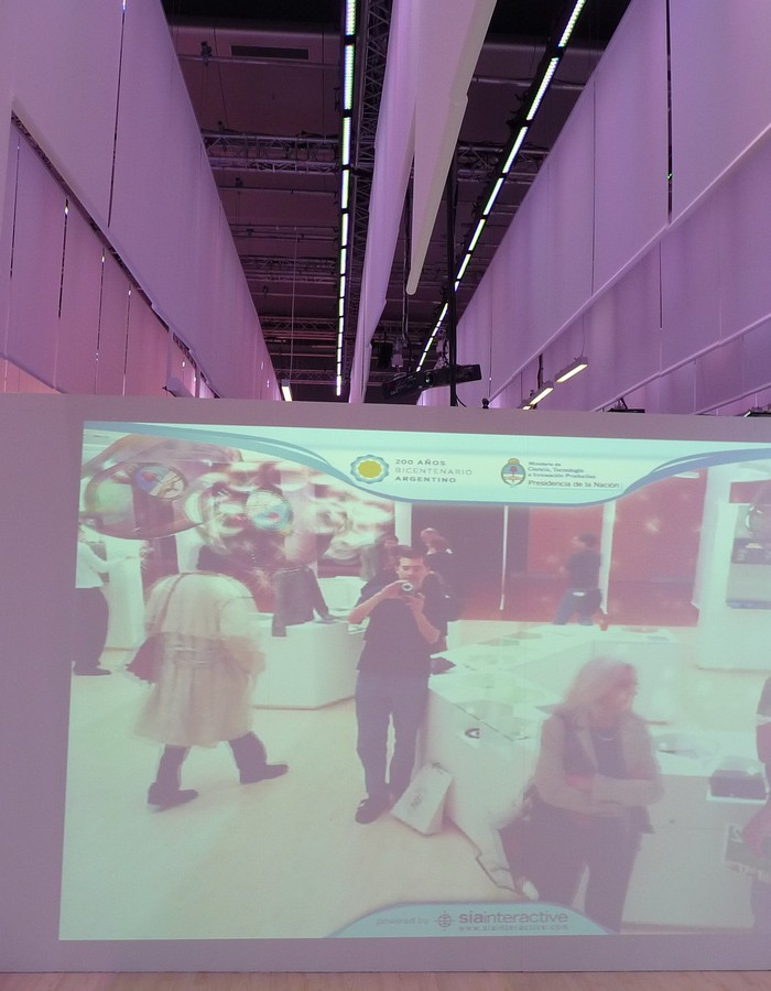 Obr. 12: Mne zaujal panel, který do virtuálního prostoru naplněného poletujícími bublinami přenášel postavy / návštěvníky, kteří před ním v reálném prostoru stáli