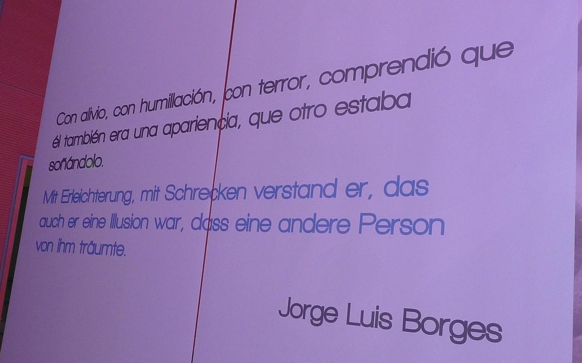 Obr. 2: Na bílých plátech zavěšených ze stropu byly umístěny citáty z děl argentinských spisovatelů