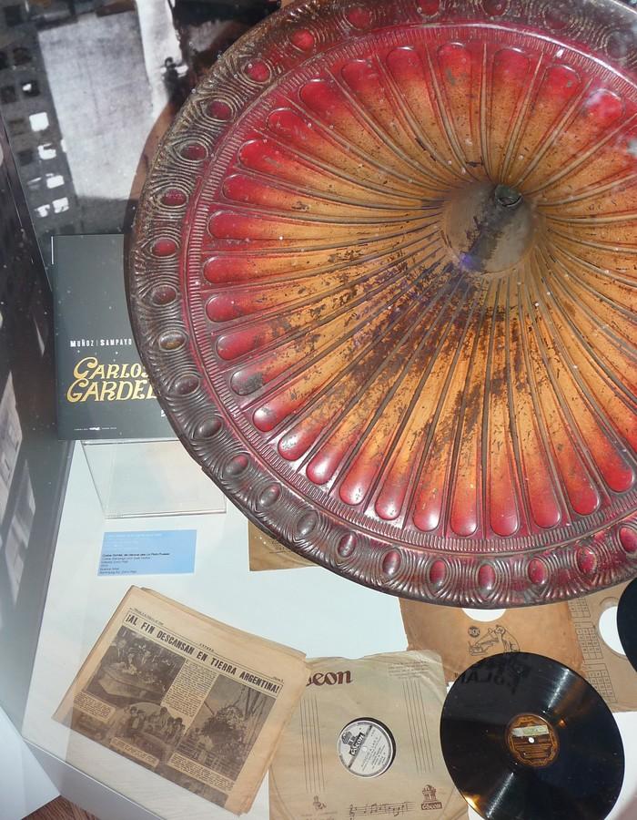 Obr. 3: Jedna z vitrin byla věnována Carlosu Gardelovi, herci, zpěvákovi a autorovi písní, označovanému za nejvýznamnější osobnost v historii tanga