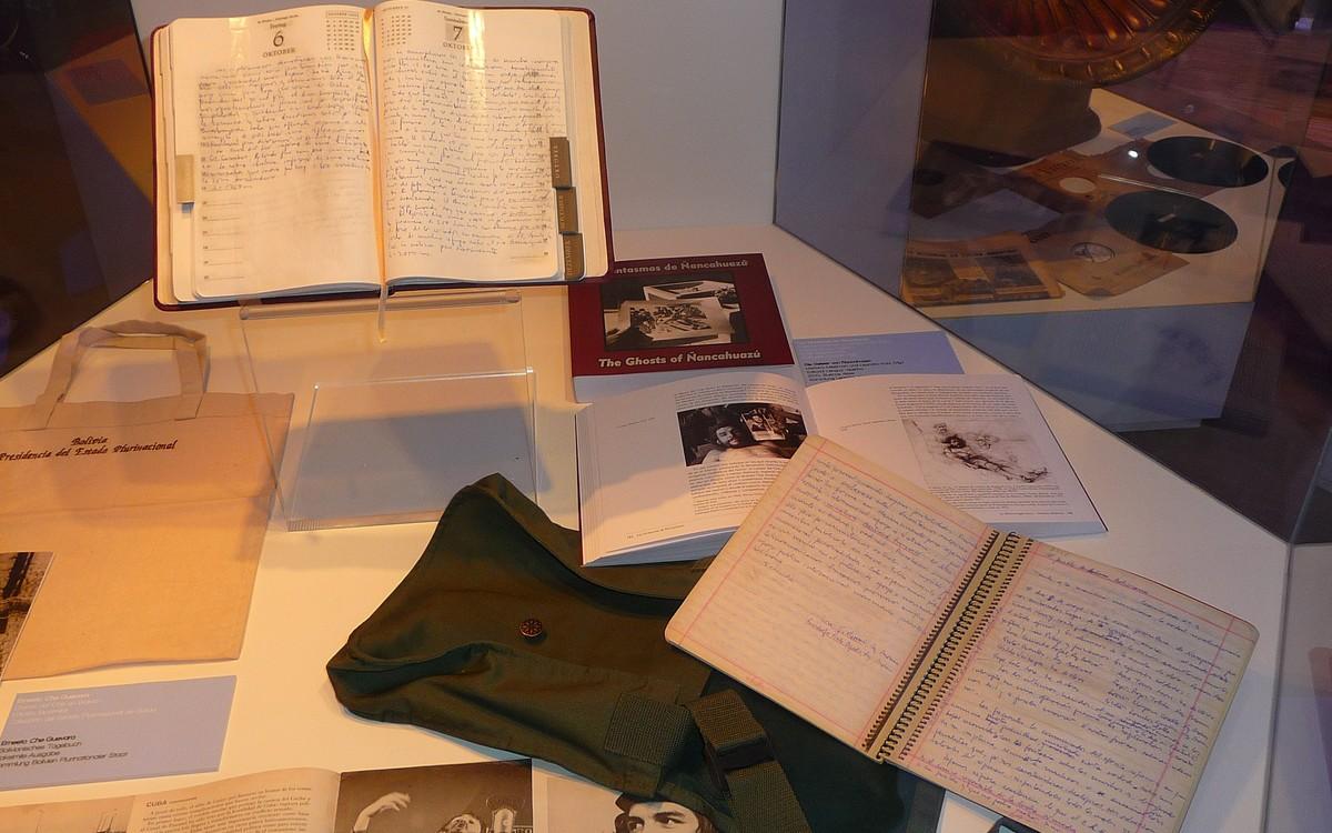 Obr. 5: Che Gevarova vitrína obsahovala faksimile jeho deníků (mimochodem přeložených i do češtiny)