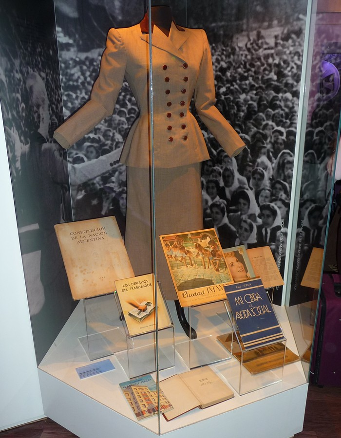 Obr. 6: Evitina vitrina zase vystavovala skoro jako nějakou relikvii její na míru šitý kostým a publikace, které z jejího popudu či o ní za jejího života vyšly