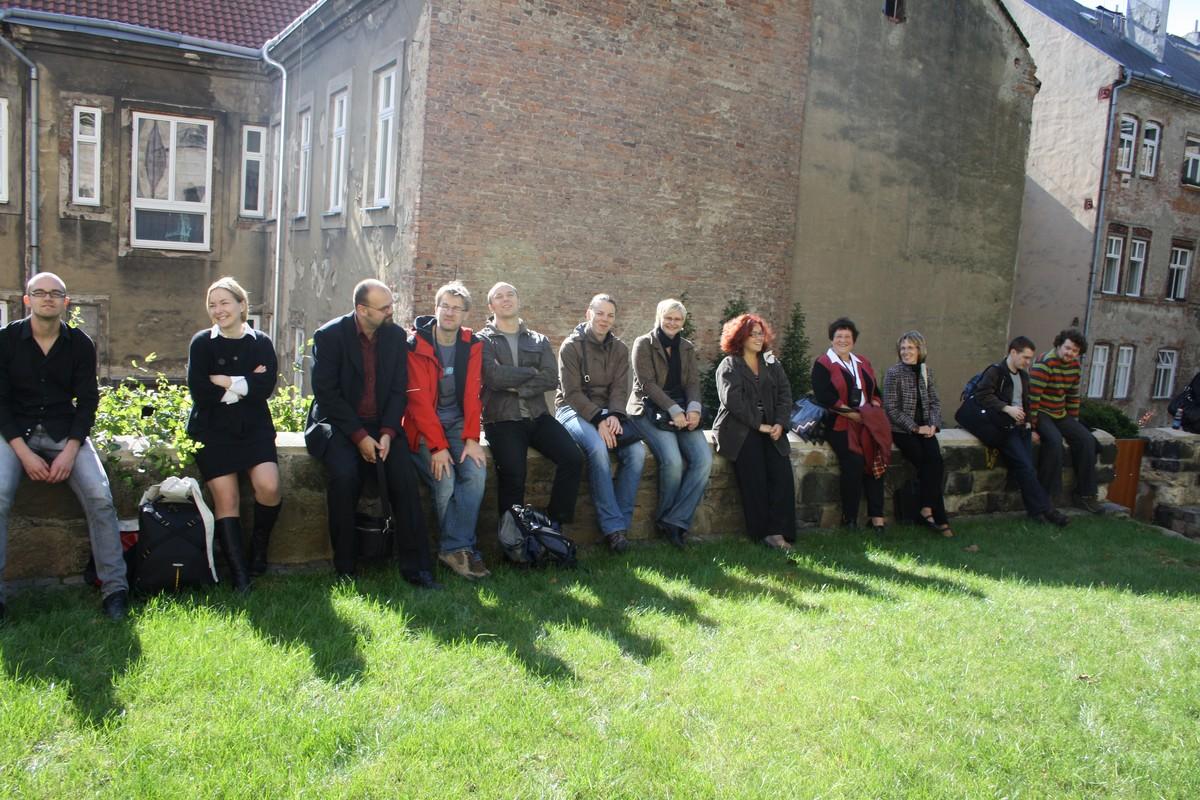 Obr. 3: Účastníci konference odpočívají po náročném sestupu z věže Dómu sv. Václava
