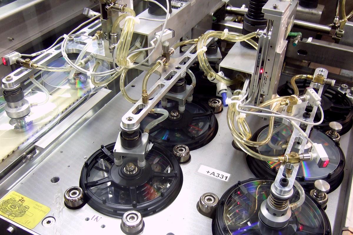 Fotografie z výrobní a vývojové linky - detail jednoho ze strojů