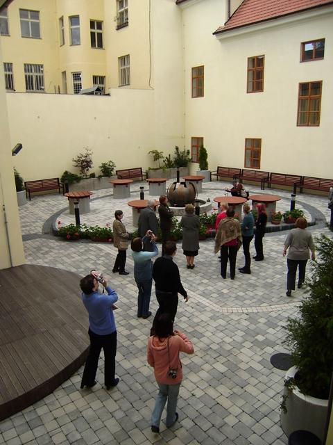 Účastníci exkurze ve dvoře budovy knihovny