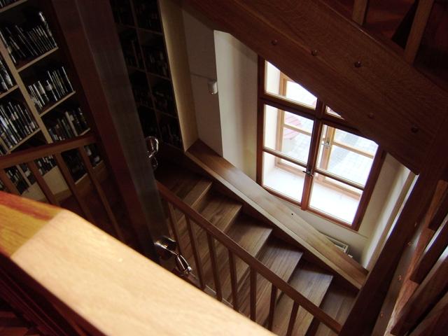 Dřevěné schodiště nad studovnou novin a časopisů