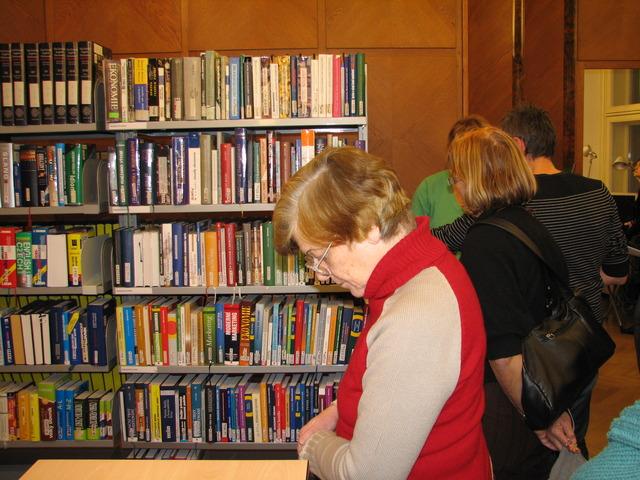V prostorách knihovny
