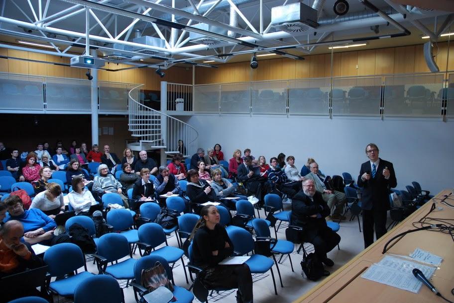 Publikum sleduje přednášku pana Matejáka