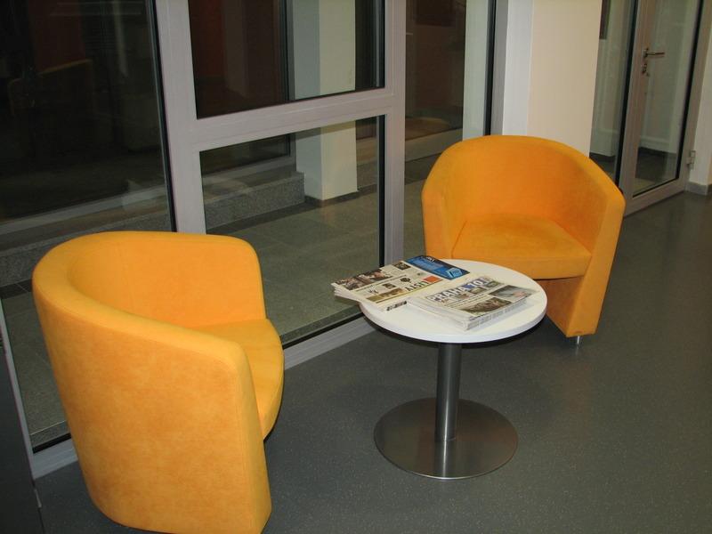 Křesílka tvořící nedílnou součást interiéru