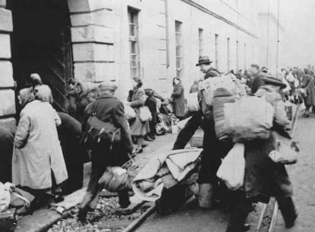 Dobové fotografie z židovského ghetta v Terezíně