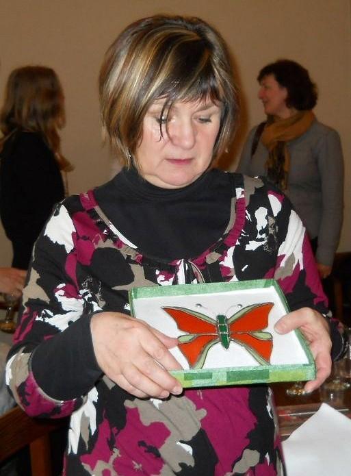 Naděžda Čížková se skleněným motýlkem zchráněné dílny Fokus