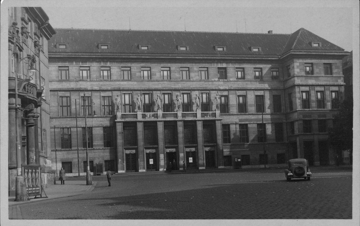 Historická fotografie dokončené nové budovy Ústřední knihovny
