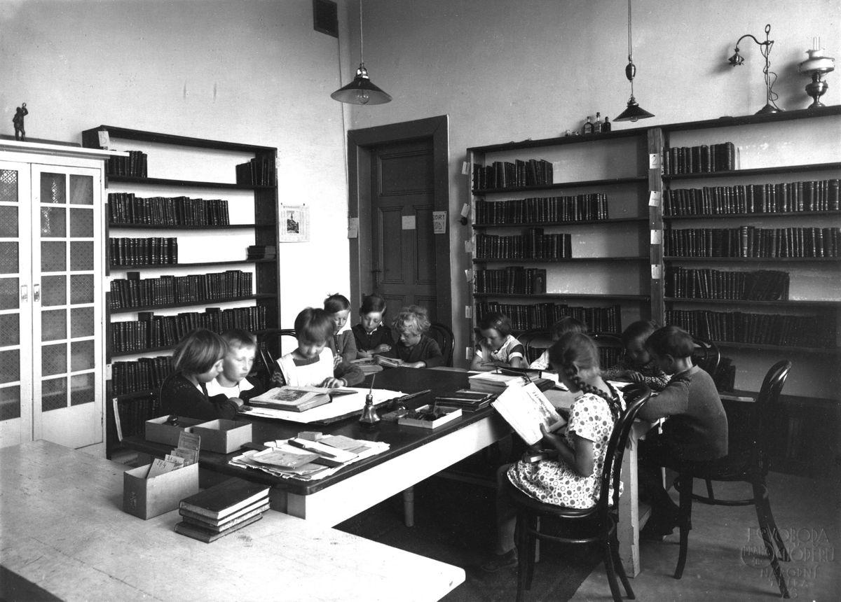 Historická fotografie interiéru knihovny