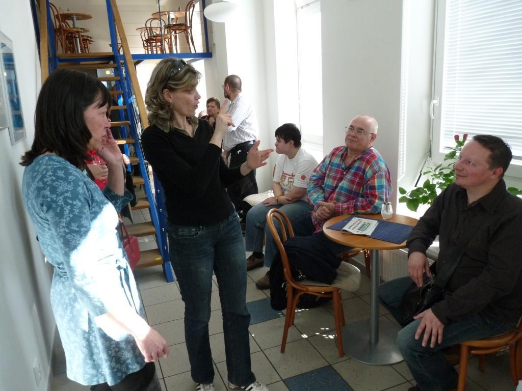 Tlumočnice Monika Boháčková hovoří k Miroslavu Plachému