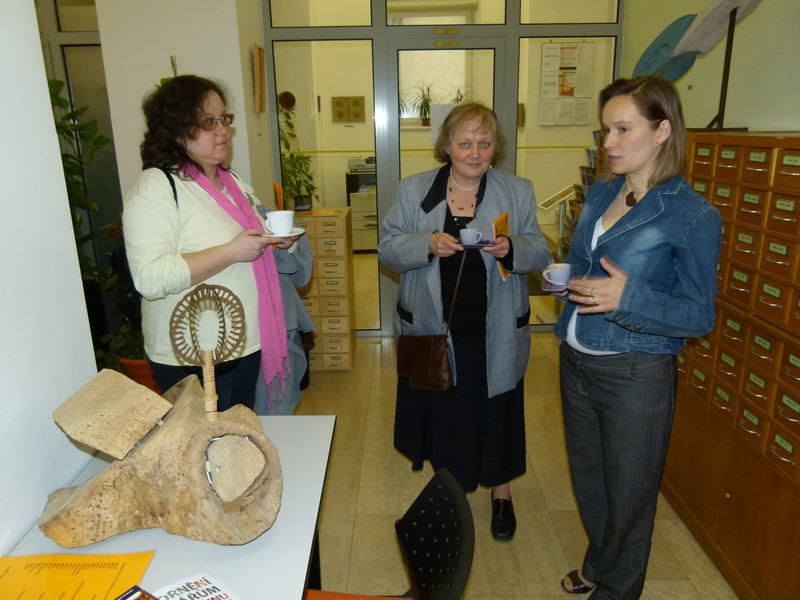 Účastnice exkurze Eva Cerniňáková a Hana Tomanová při diskusi se Simonou Chlumskou v závěru exkurze